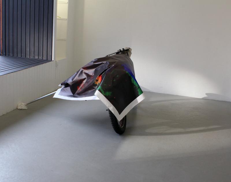 Uden titel, 2013. Motorcykel, inkjet på lærred, gips, aluminium. 140 x 153 x 108 cm